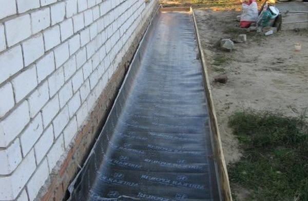 Чем обработать бетонную отмостку 3