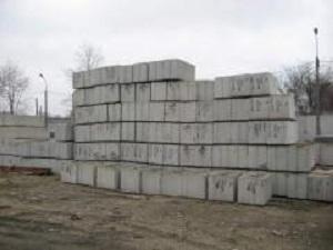 Использование б/у фундаментных блоков для возведения подпорной стенки 1