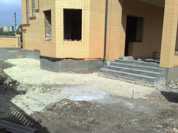 Устройство отмостки вокруг дома из тротуарной плитки 4