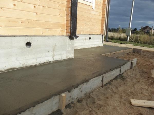 Устройство отмостки вокруг дома из бетона − оптимальные параметры бетонной отмостки 5